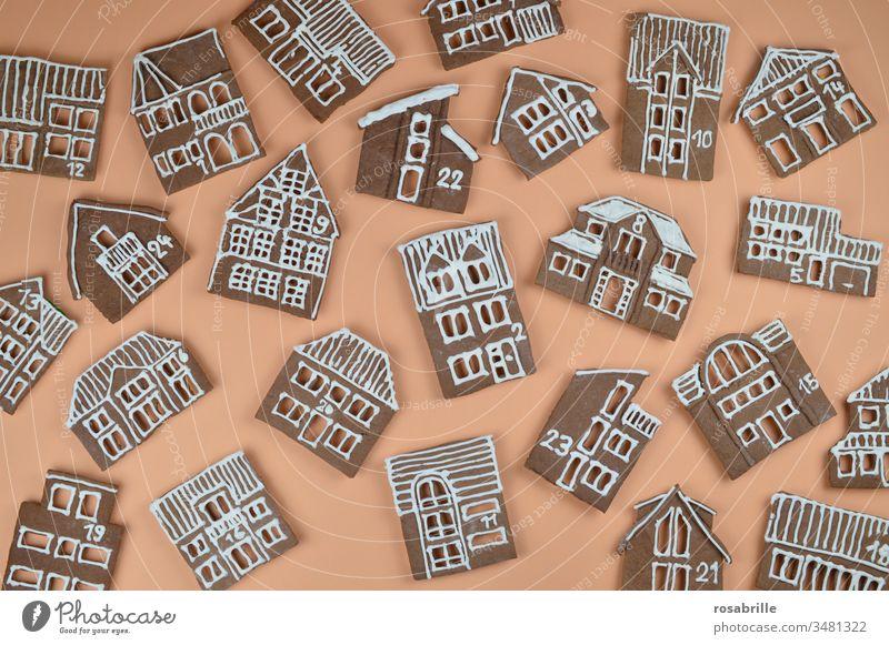 Lebkuchen-Adventskalender selbstgebacken mit Häuserfassaden durcheinander auf orange | Vorfreude Lebkuchenhäuser Weihnachtbäckerei Weihnachten Stadt Dorf