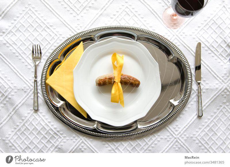 Extrawurst Bratwurst Wurst Bratwürstchen Teller Messer Gabel Tischdecke Schleife Wein Weingals Rotwein Silbertablett Tablett Gelb niemand da gegrillt gebraten