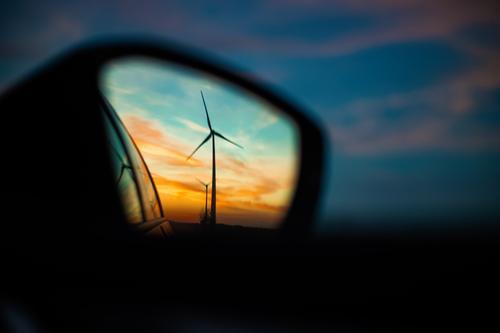 Windkraftanlage im Rückspiegel bei Sonnenuntergang Windrad Abendrot ländlich Seitenspiegel Spiegelbild spiegeln Energie Energiewirtschaft grüne energie blau