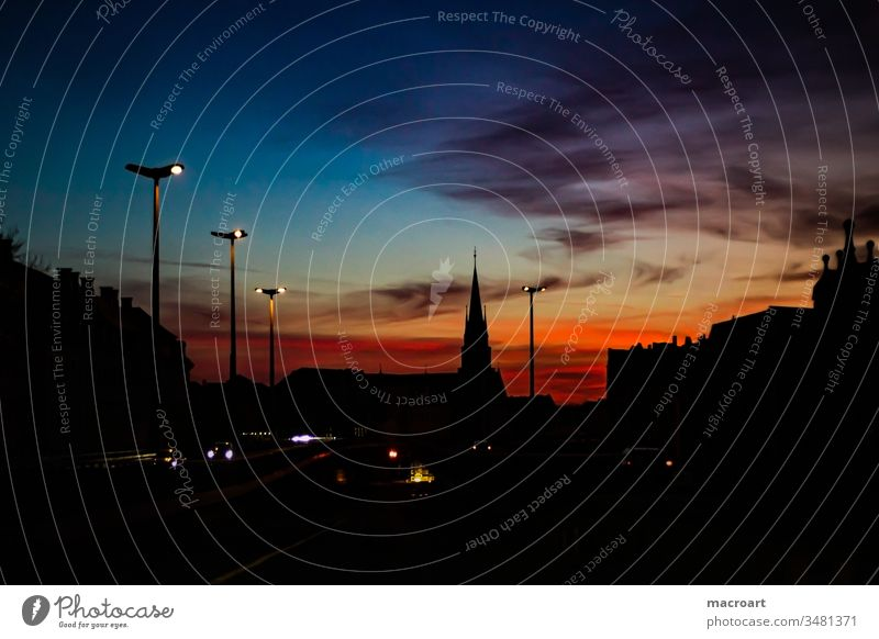 Halle Saale bei Nacht Hochstraße hallesches Nachtaufnahme nachtszene Sonnenuntergang Abendlicht Stadt stadtbild Laternenpfahl Lampendetail rot blau Abendrot
