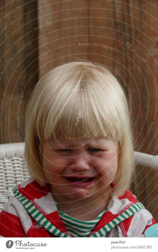 Ich will aber Mädchen Grimasse ponyfrisur Porträt natürlich kleines Mädchen Kind Gesicht Kindheit Traurigkeit weinen verletzt bedrücktheit niedlich