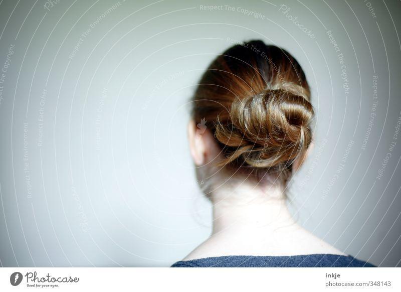 Kopf Lifestyle Stil Mädchen Junge Frau Jugendliche Kindheit Leben Haare & Frisuren 1 Mensch 13-18 Jahre brünett langhaarig Zopf Hochsteckfrisur Dutt trendy