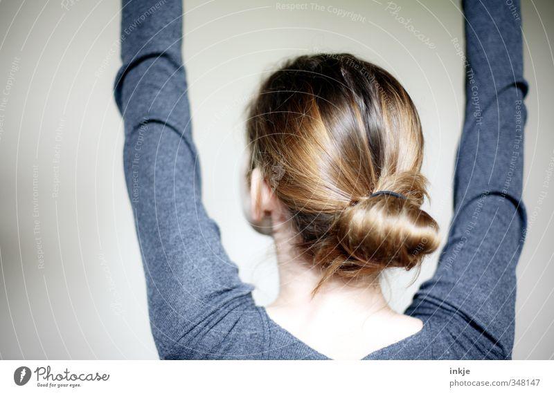 Kopf Lifestyle Stil Mädchen Junge Frau Jugendliche Kindheit Leben Haare & Frisuren Arme 1 Mensch 13-18 Jahre brünett rothaarig langhaarig Zopf Dutt