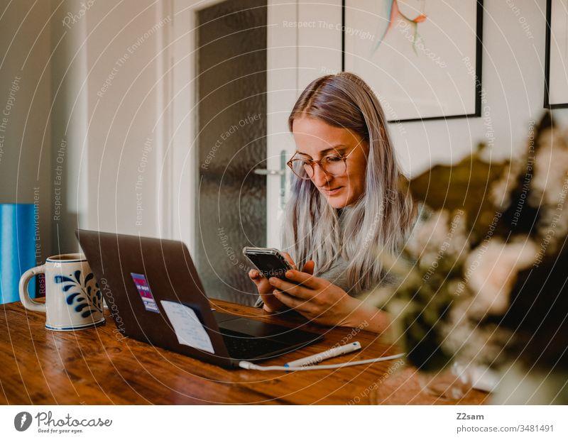 Homeoffice homeoffice zuhause arbeiten laptop telefon handy corona esstisch zufrieden entspannt Quarantäne Computer Büro Business Arbeitsplatz Notebook