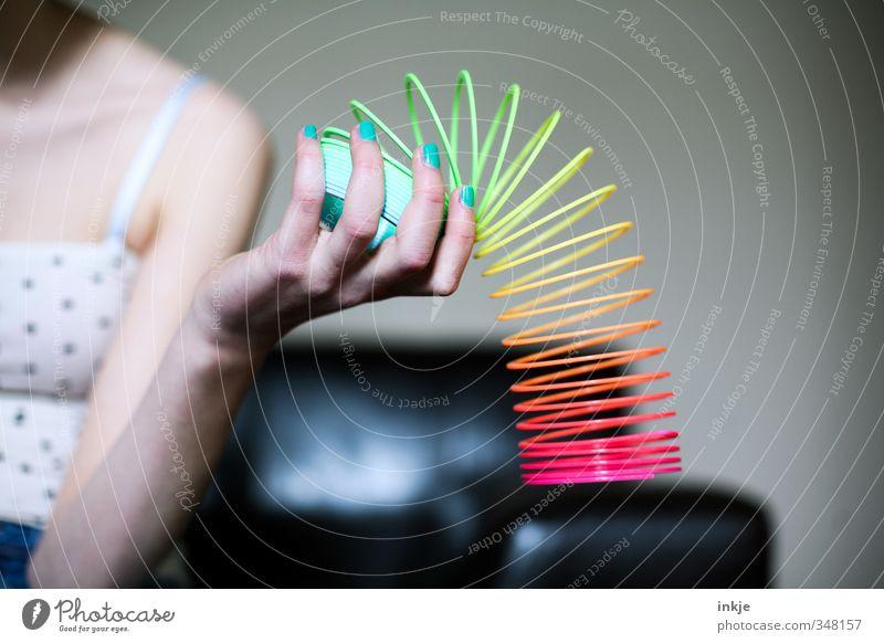 80er Lifestyle Stil Design Freude Nagellack Freizeit & Hobby Spielen Häusliches Leben Sofa Raum Wohnzimmer Mädchen Junge Frau Jugendliche Hand Achtziger Jahre