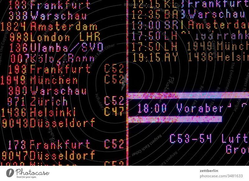 Informationstafel am Flughafen Tegel abend abfertigungsgebäude berlin-tegel corona covid19 dunkelheit flughafen flugpatz leer nacht straße tower txl verkehr