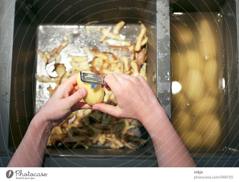 Kartoffeln schälen Mensch Hand Leben Gesundheit Ernährung Reinigen festhalten Küche Gastronomie Gemüse anstrengen Mittagessen Koch fleißig Kartoffeln Küchenspüle