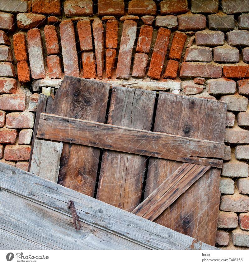 vernagelt Haus Hütte Mauer Wand Fassade Fenster Tür Holzbrett Backstein Nagel Stein Linie alt authentisch eckig einfach trashig braun grau orange rot schwarz