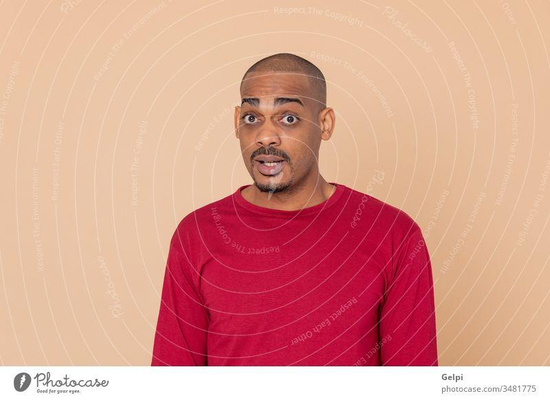 Afrikanischer Typ mit rotem Trikot schwarz gelb schüchtern überrascht aufgeregt Bewunderung Überraschung Erwachsener Menschen Person männlich Amerikaner Mann