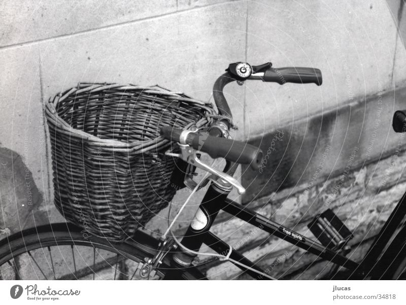 Bicycle with Basket Basketballkorb Freizeit & Hobby Schwarzweißfoto Fahrrad bicycle old cold