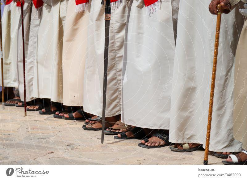 zeigt her eure füße. Füße Männerbein Fuß Mensch Mann Zehen Erwachsene Barfuß Sommer Farbfoto Tag stehen maskulin Tradition traditionell arabisch Oman Sandale