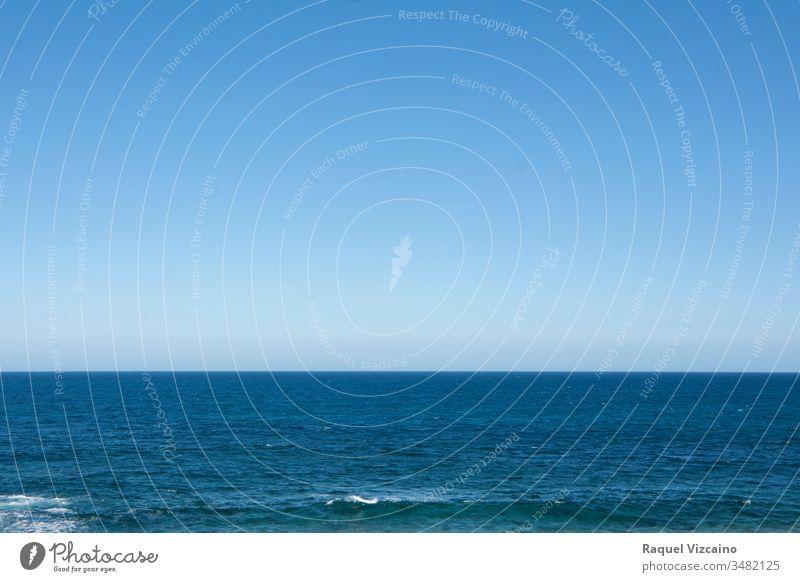 Der Horizont zwischen Meer und blauem Himmel, eine wunderschöne Sommerlandschaft. MEER Wasser Natur winken Wolken Cloud Meereslandschaft Strand Landschaft