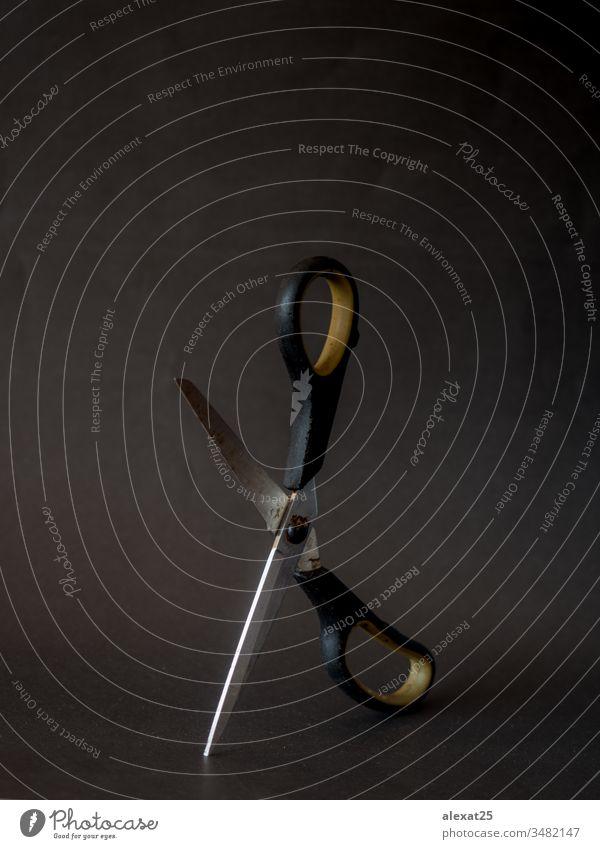 Alte Schere auf schwarzem Hintergrund gealtert Antiquität groß Klinge Textfreiraum dreckig Gerät Grunge schäbig Instrument vereinzelt Metall metallisch Objekt