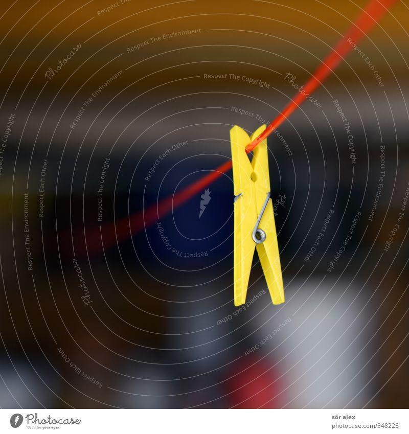 roter Faden Wäscheklammern Wäscheleine Kunststoff gelb Haushaltsführung hängen 1 Einsamkeit Farbfoto mehrfarbig Außenaufnahme Nahaufnahme Detailaufnahme