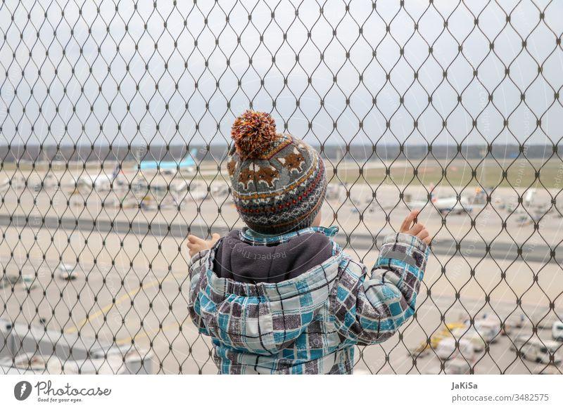 Kind am Zaun der Flughafenabsperrung mit Blick auf das Flugfeld des Flughafens draußen Urlaub Flugzeug Ferien & Urlaub & Reisen Luftverkehr Himmel Wolken