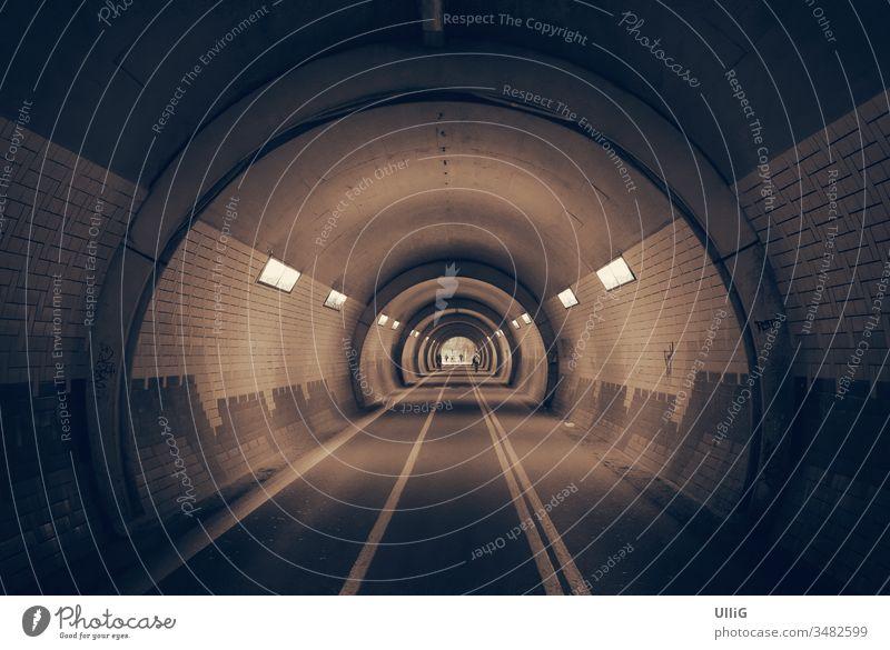 Licht im Tunnel, Es ist Licht im Tunnel und auch an seinem Ende. Durchgang Passage beleuchtet Unterführung Verkehrsweg Fußweg Radweg Bogen unterirdisch urban