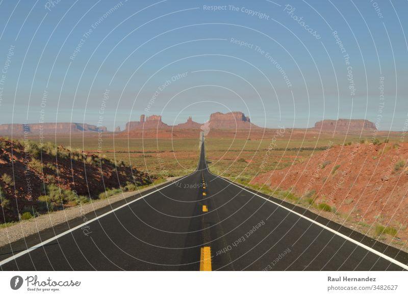 Der Forrest Point Mille 13 Highway führt zum Monument Valley, dem Paradies der Geologie. Punkt Tal Wald gump Park blau USA Utah Hintergrund Himmel reisen