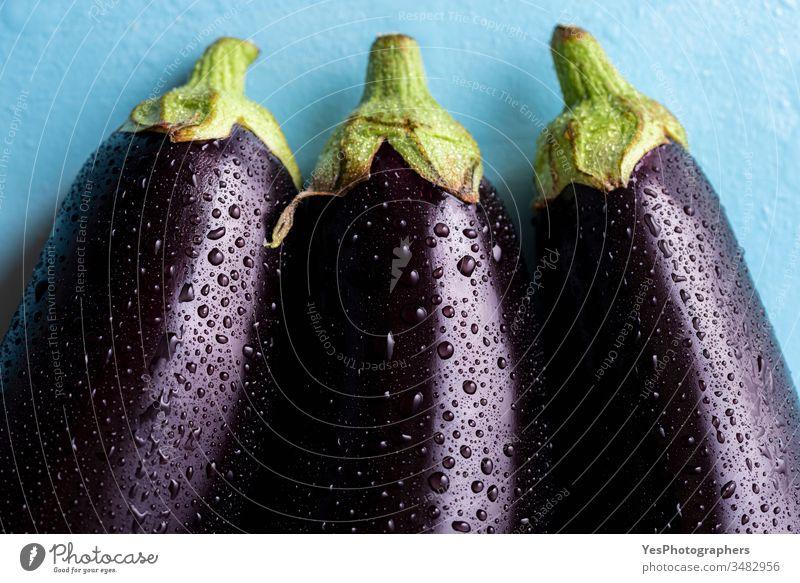 Frische Auberginen mit Wassertropfen, Nahaufnahme 3 obere Ansicht landwirtschaftlich Ackerbau Biografie dunkel Diät Tröpfchen Bauernmarkt Lebensmittel