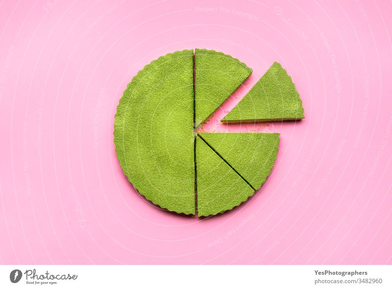 Matcha-Torte in Scheiben geschnitten. Kein Backen von Käsekuchen. Matcha-Nachspeise obere Ansicht Kuchen farbenfroh Konditorei cremig Ausschnitt lecker Dessert