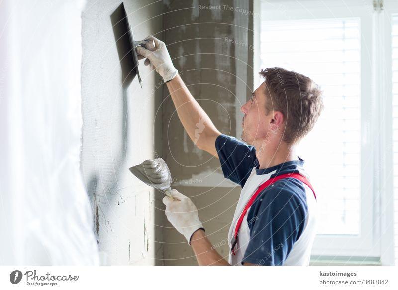Gipser, der Innenwände und -decken renoviert. Konstruktion Verputzen Renovierung Arbeiter Kunsthandwerker verputzen Renovierung von Beruf Wand Gerät Reparatur