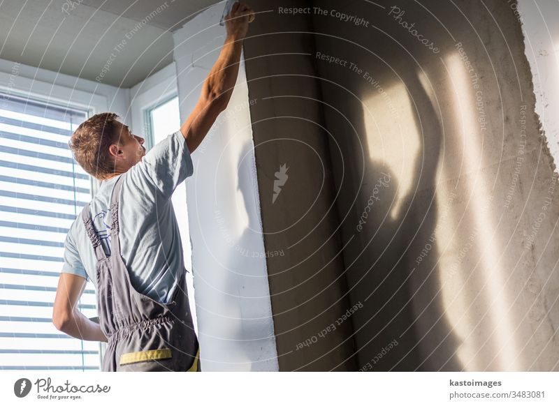 Gipser, der Innenwände und -decken renoviert. Konstruktion Verputzen Gebäude Beruf verputzen Wand Gerät Reparatur Arbeiter Renovierung professionell Kelle