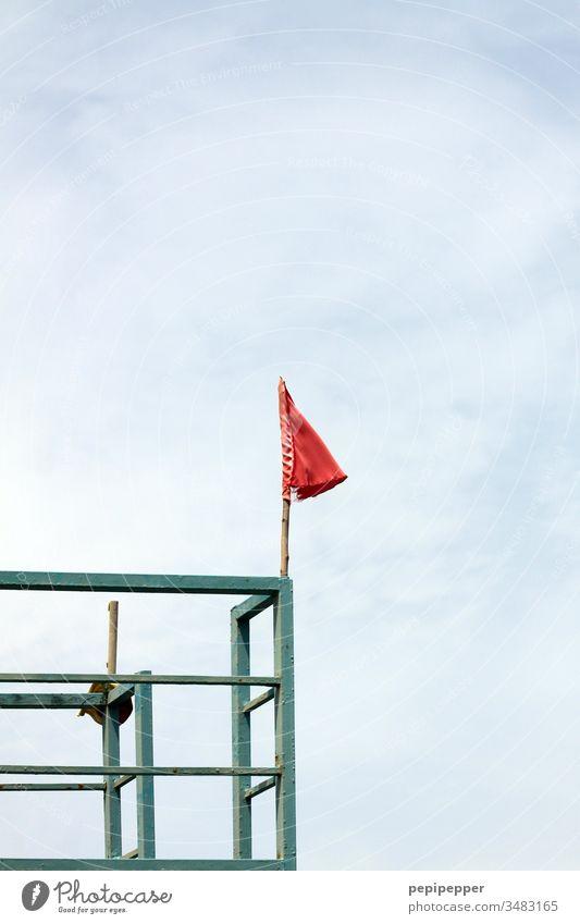 rote Fahne auf einem Stahlgerüst Himmel blau Menschenleer Fahnenmast Wolken Tag Schönes Wetter Außenaufnahme Farbfoto Sommer Ferien & Urlaub & Reisen wehen