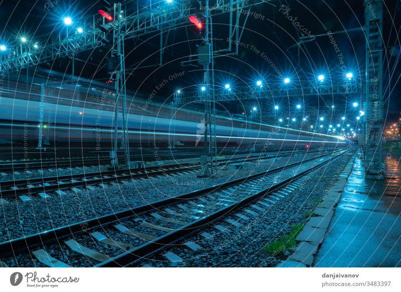 Langbelichtete Aufnahme Nachtzugstrecke Moskau Zug Eisenbahn Großstadt Schiene Verkehr Straße Licht Transport Geschwindigkeit Bahn reisen Station Weg Autobahn