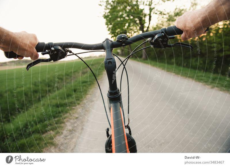 Mit dem Fahrrad eine Fahrradtour über Land feldweg Wege & Pfade fahren Fahrradlenker lenken geradeaus Hände festhalten schnell gemütlich genießen Ruhe