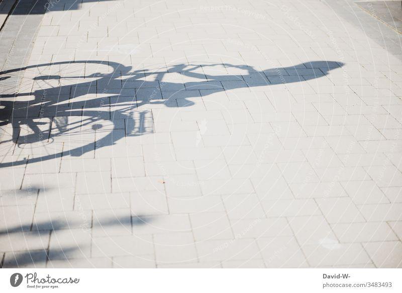 Schatten unterwegs mit dem Rad Fahrrad Fahrradfahren Tag Straße Mensch Verkehr Verkehrsmittel Freizeit & Hobby Fahrradtour Schattenspiel Menschen Verkehrswege