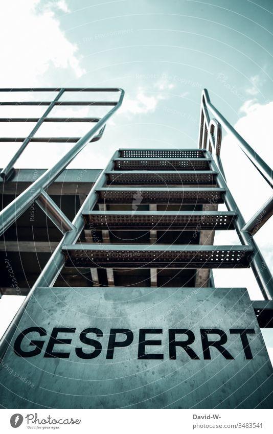 Treppe Sprungturm Weg gesperrt verbot Schild Gesperrt Verbot verboten Verbotsschild coronavirus Quarantäne geschlossen Sprungbrett Freibad Gefahr Hinweis