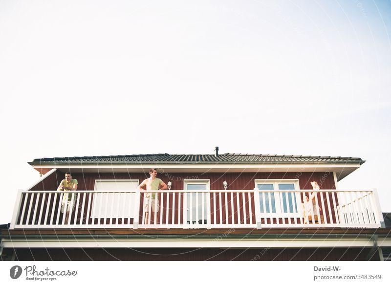 mal 3 auf Balkonien Mann drillinge Kreativität drei zu dritt alle guten Dinge sind drei schillen abhängen ruhe Quarantäne Balkongeländer beobachten Urlaub
