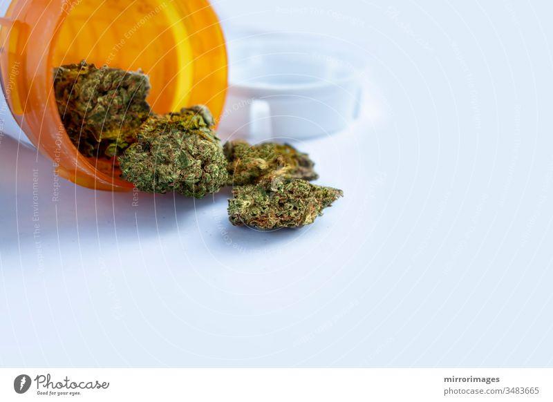 Inschrift medizinisches Marihuana, das aus einer offenen bernsteinfarbenen medizinischen Flasche ausströmt, auf weiß Gesundheitswesen Betäubungsmittel