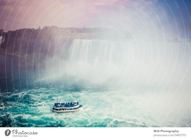 Horseshoe Falls von der kanadischen Seite. Szenische Ansicht der Niagarafälle. Wasserfall Farbfoto Außenaufnahme Anziehungskraft Magd des Nebels Kanada