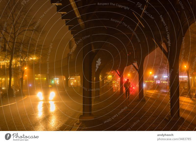Der Typ mit der gelben Jacke unter einer Hochbahn abstrakt Architektur Hintergrund Berlin schwarz Brücke Kapital Autos Großstadt Stadtbild dunkel Dunkelheit