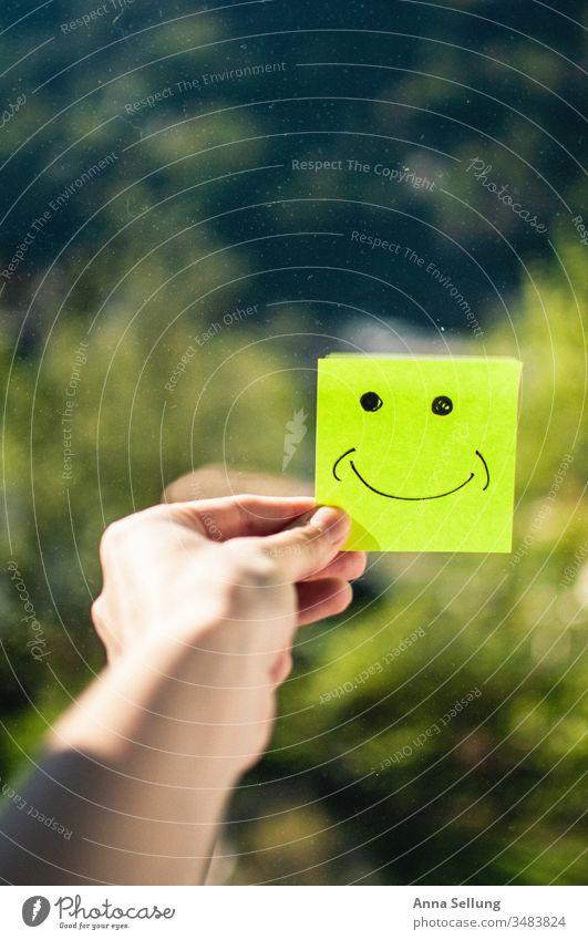 Lächeln trotz Isolation — bleib Positiv isoliert isolation Farbfoto Quarantäne Corona COVID Virus Infektion Corona-Virus Pandemie Epidemie Gesundheit Schützen