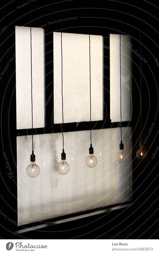 Glühbirnen, die vor einem alten Fenster hängen. Design weiß Metall Tür Wand Kraft elektrisch heimwärts Gerät vereinzelt Kasten Sicherheit Kontrolle Schaltfläche