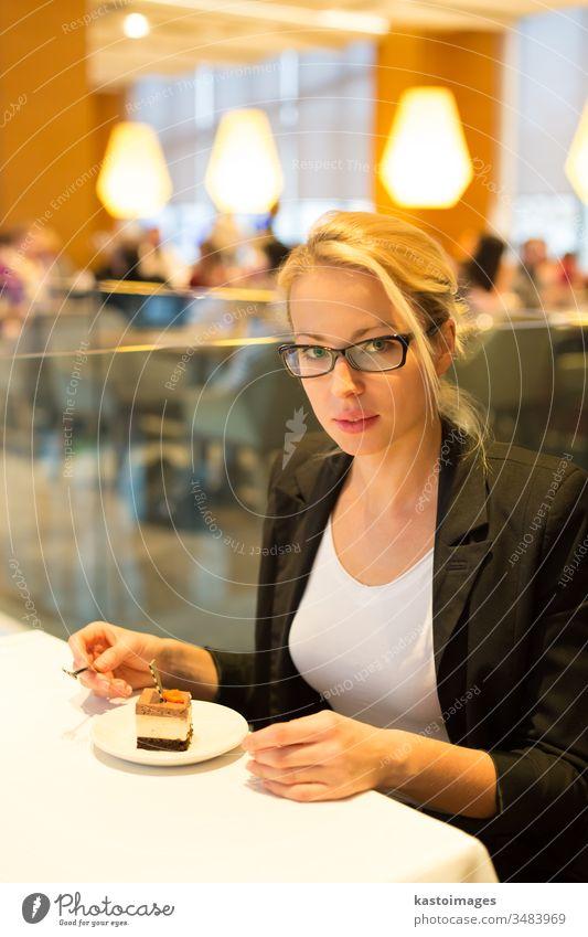 Frauen essen Nachtisch in einem schicken Restaurant. Hotel Geschäftsfrau Person Porträt Dessert Tisch Lebensmittel Essen Dame Reichtum elegant Bar Lifestyle