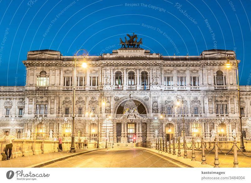 Rom, Italien. Justizpalast. Oberster Gerichtshof Justiz u. Gerichte Palast Regierung Architektur beleuchtet Lazio Abenddämmerung Brücke Gebäude Italienisch