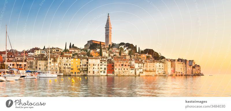 Küstenstadt Rovinj, Istrien, Kroatien. adriatisch Adria Stadt antik Architektur Ausflugsziel Anziehungskraft schön blau Gebäude Windstille Kirche Großstadt