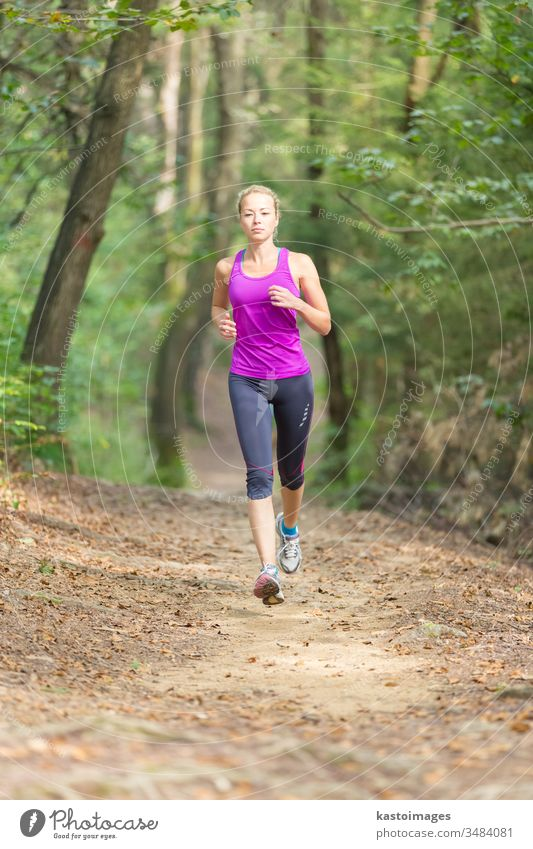 Hübsches junges Läufermädchen im Wald. laufen aktiv Sport Frau Mädchen Übung passen Person Lifestyle Erholung Erwachsener außerhalb Jogger Freizeit Fitness
