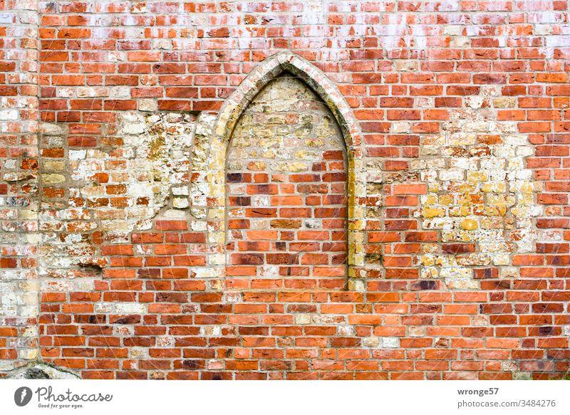Zugemauerter Spitzbogen in einer Backsteinmauer Spitzbogenfenster zugemauert Zugemauerte Öffnung Mauer Wand Menschenleer Farbfoto Außenaufnahme Architektur