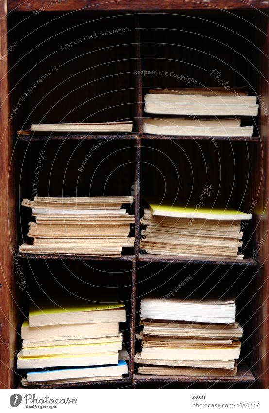 Druckerzeugnis   Teilen macht schön Buch Buchladen bücher Bücherstapel Buchhandlung Bücherregal lesen Lesestoff Leseratte Bildung