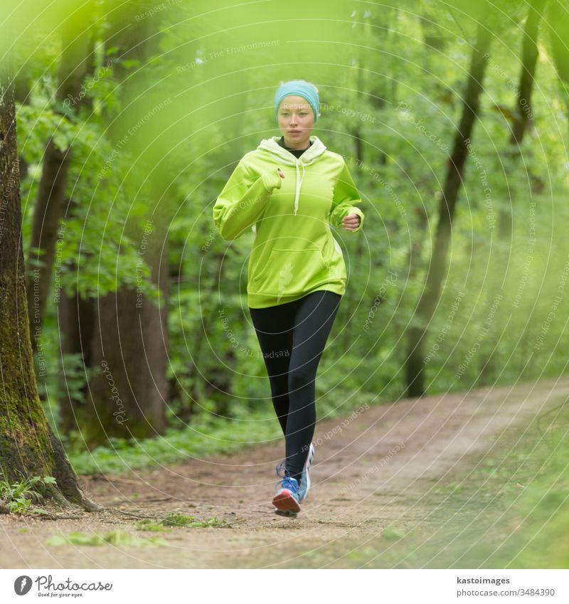 Sportliche junge Läuferin im Wald. laufen aktiv Frau Mädchen Übung passen Aktivität Person Lifestyle sportlich Erholung Training außerhalb Jogger Freizeit