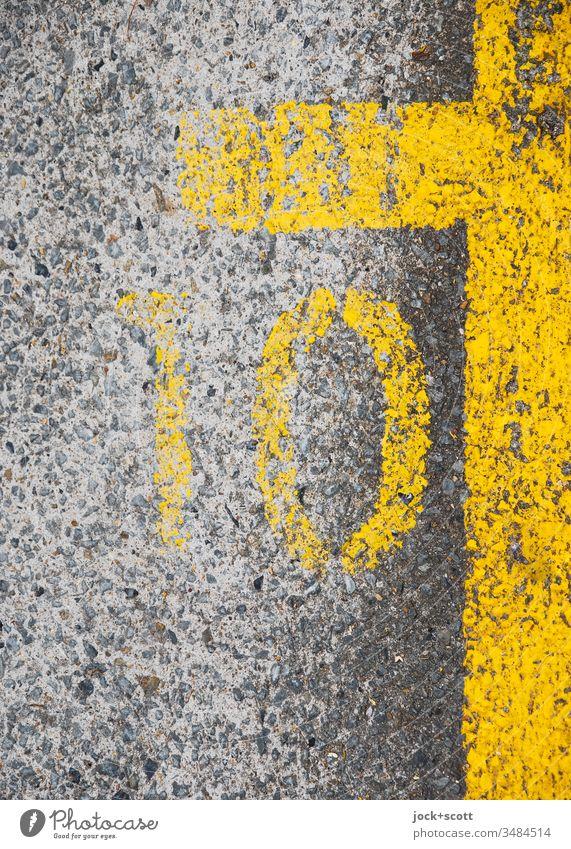 Nummer 10 neben Parkflächenmarkierung in gelb Symmetrie Bodenmarkierung Zahn der Zeit unten grau Linie einfach Strukturen & Formen Detailaufnahme