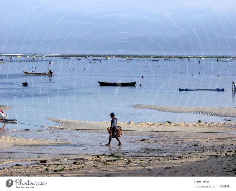 Man; Nusa Lembongan 2003 Fischer Strand Wasserfahrzeug Asien Bali Sonnenaufgang Sonnenuntergang Indonesien Morgen Morgendämmerung