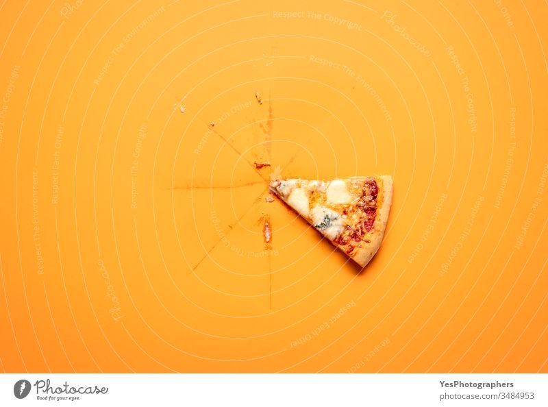 Einzelne Pizzastücke auf orangem Hintergrund. Letzte Pizzastücke. obere Ansicht Schachtel klassisch Komfortnahrung Fertiggerichte ausschneiden lecker Abendessen
