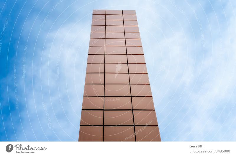 hoher Turm auf einem Hintergrund aus blauem Himmel und Wolken abstrakt Architektur Klotz Gebäude Großstadt Farbe Geometrie hoch Linie modern orange Perspektive