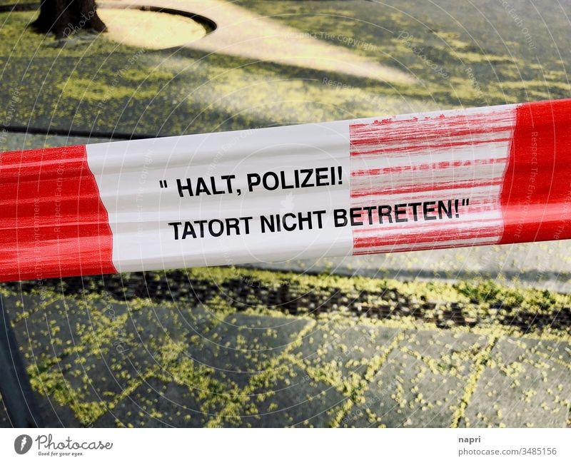Rot-weißes Absperrband der Polizei an einem Tatort. Flatterband Absperrung Verbrechen Kriminalität Straftat gefährlich Halt Sicherheit öffentlicher Raum Platz