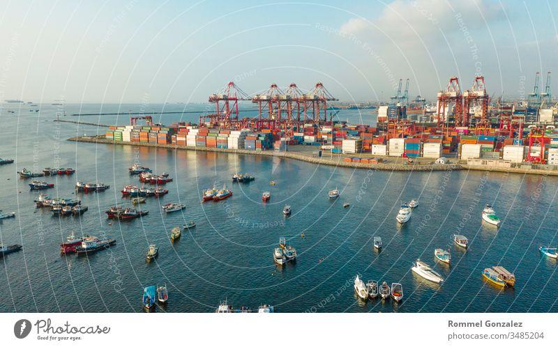 Blick auf Dock und Container im Hafen von Callao, Lima / Peru Drohnenansicht Luftbildfotografie Luftaufnahme Frachtschiffe tragen Entladung per Schiff Podest