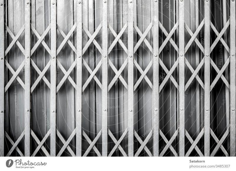 Detail der Dehnung einer Stahltür beim Schließen Tür alt zugeklappt Gate im Freien Metall texturiert rostig dreckig Design Material bügeln Eingang grau